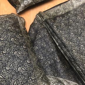Håndvævet silketæppe med matchende pyntepuder, købt på en silkefabrik i Indien. Det passer til en almindelig dobbelt seng 180x200.  Den ene pude er gået lidt op i syningen.