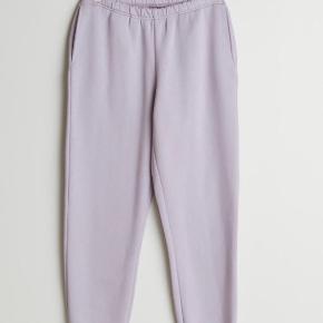 Lyselilla lækre sweatpants, der desværre er en smule for korte til min smag.  Brugt få gange.