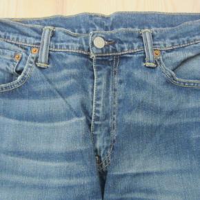 """STR. W/33 L/34. LEVI´S 508. MEGET pæne og velholdte cowboybukser i lidt slidt look (på lommerne og forneden på benene). De ligger bestemt i den MEGET gode ende af """"god, men brugt"""".  Porto: 39 kr. sendt som pakke uden omdeling med DAO.  Jeg har tøj til både baby, piger, drenge, kvinder og mænd i stort set alle størrelser. Send mig blot din mailadresse, og skriv hvilke størrelser du er interesseret i. Så sender jeg en mail retur med billeder/beskrivelser/priser."""
