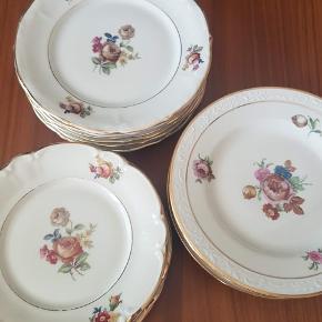 3 x 6 søde kage tallerkener. Nederst til venstre, stemplet Antoinette, dekoreret i Danmark, 15 cm i diameter. Øverst til venstre har intet stempel 17 cm i diameter. Til højre er stemplet Københavns porcelæns maleri, 17 cm i diameter. Pris 15,- stk Kan hentes 4140 Borup eller sendes pp.