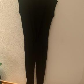 Rigtig fin sort buksedragt. Lyset snyder, den er helt sort, og ikke falmet/grå.