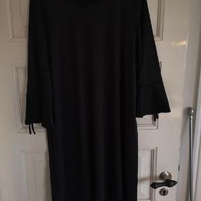 Fin kjole med fine ærmer med bånd fra VRS str. S tænker storpige BM på 55 cm