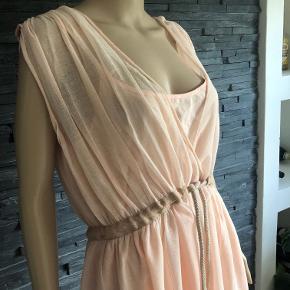 Sprit ny og super flot kjole stadig med tags. Kjolen er i 2 lag.  Den indvendige inderkjole måler 102 cm i brystmål  Længden på kjolen måler 110 cm