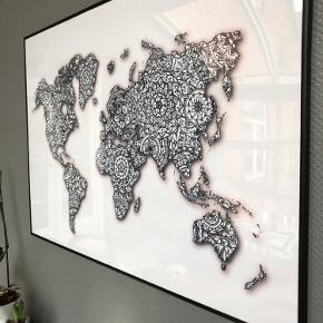 Verdens kort plakat i sort Alu ramme fra CeKi Designs.  100 x 70 cm   CeKi designs er et tidligere plakat firma, designet og printet af migselv og en veninde men nu sælger vi de sidste billeder inden vi drager til nye projekter ☺️ det er altså dansk design, lavet med kærlighed af to studerende ❤️  Dette er en del af et restparti, der er derfor mulighed for at købe flere og få en billigere pris.   Billederne kan afhentes i Slagelse eller København.   Selve plexiglasset har nogle få skræmmer der kan sendes billeder af, derfor sælges billedet billigere trods dets størrelse.