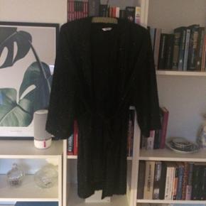Envii kimono sort med glimmer. Str. L. Perfekt stand.  Kan sendes med dao. Kig gerne på mine andre annoncer også☺️ bytter gerne.
