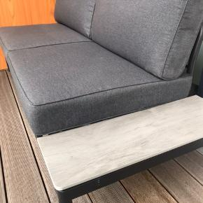 • Loungesæt (sofa + bord)    Sofa: 184b x 84h x 79d    Bord: 76x76  28h  • Et halvt år gammel, bordet er endnu ikke blevet brugt og har stået i indpakket i kælderen. • Sættet er som nyt og hynderne har kun været ude i sommers i godt vejr og indenfor nætterne over  • Nypris: 2999 kr. • Sælges for 1750 kr.   - Afhentes i Åbyhøj, Aarhus