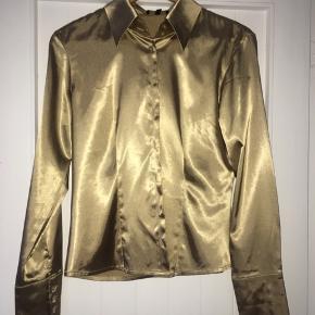 Guldskjorte i 100% silke Helt fantastisk smuk Fed med et par jeans!