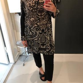 Acne lang skjorte i mønster med sorte detaljer ved ærmer.