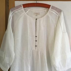 Smuk hvid tunika af 84 % bomuld, 16 % silke. Måler fra ærmegab til ærmegab 53 cm. Længden 73 cm.