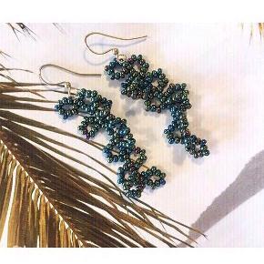 Smukke håndlavede perleøreringe  🌈 i mørkegrøn iris farver med guld kroge. Perfekte til sommeren. 100,-   Kan sendes med postnord for 10,- via mobilepay   Se også mine andre håndlavede perlesmykker 🌼