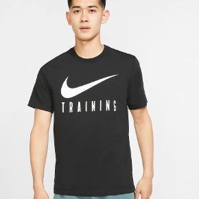 KLASSISK T-SHIRT MED SVEDTRANSPORTERENDE STØTTE.  Nike Dri-FIT-T-shirten kombinerer en blød fornemmelse med svedtransporterende performance, så du kan gennemføre din træning i fuld komfort.  Svedtransporterende komfort  Nike Dri-FIT-teknologi transporterer sved væk fra din hud, hvor det hurtigt fordamper – så du bliver ved med at være tør, tilpas og fokuseret.  Nikes logo er printet midt på foran, så du kan vise din brand-loyalitet.   Produktoplysninger  Standardpasform giver en afslappet og fri fornemmelse 57% bomuld/43% polyester Maskinvask Farve vist: Black/White Stylenr.: BQ3677-010 C