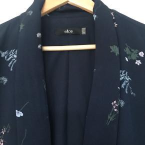 Aldrig brugt og derfor heller ikke vasket! Mørkeblå med lyseblå blomster, lyserøde blomster og grønne blade. Virkelig fin blazer..