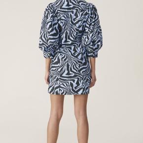 Sælger min fine Ganni kjole! Den er kun brugt en gang til mit studentergilde og mærket er lige taget af🌸 Nypris var 1600kr og vil gerne så tæt på nypris som muligt🙏🏽 BYD!🥰