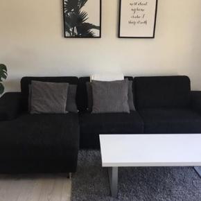 Prisen er ikke fast! BYD! Vi sælger vores sofa da vi skal flytte.   Sofaen måler: Længde 305 cm, brede/dybde 90 cm, længde på chaiselong 150 cm