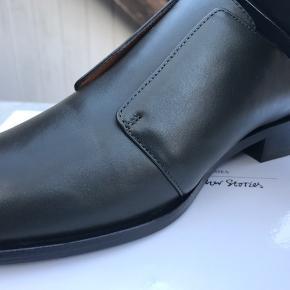 Helt nye pæne sko, med tilhørende kasse. Virkelig smuk dyb grøn farve.  Kom med et bud:-)  Søgeord: læder, grøn, mos, Chelsea boots, flats, aftensko,