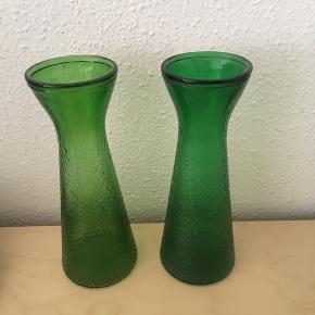 To smukke høje Hyacintglas i presset glas fra Fyns Glasværk sælges. Det ene er lysegrønt og det andet er mørkegrønt. Højde 23 cm. Pris pr. stk. 175 kr. Jeg sender gerne ved betaling med MobilePay. Porto med DAO 45 kr. Se også min andre spændende annoncer, da jeg har valgt at sælge ud af min samling af antikke glas🌸☘️🌼 Obs, det mørkegrønne er solgt ☀️