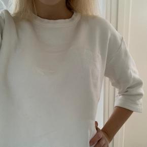Hvid sweatshirt fra Wood Wood med trekvarte ærmer.  Størrelsen er en small