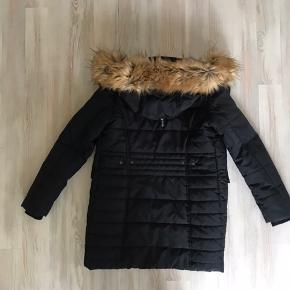 Pæn ny renset/ vasket 3/4 jakke, brugt et par gange. Med ægte pels.😊