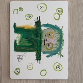 Dækkeservietter /plader fra Poul Pava. 38,5 cm. lang og 28,5 cm. bred.  Der er to af hver farve dvs. i alt 6 stk.
