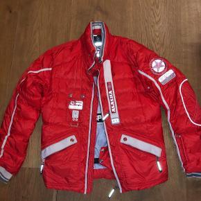 Nypris: 18.000 jakken Nypris: 4500 bukser  Hele sættet kan købes for 6000 kr.  Derudover er skitøjet kun brugt på 3 skiferier.