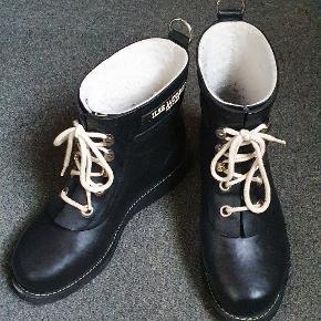Sælger disse klassiske Ilse Jacobsen gummi-støvletter. Brugt bare et par gange. Eneste brugs-spor er lidt fnuller bagtil.(zoom ind)  Kan passes af en der bruger størrelse 37. Handler via ts. Sender kun! Men sender hurtigt.