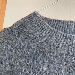 """Super lækker uld og mohair strik fra H&M. På billedet kan den nemt se lidt """"fnuldret"""" ud, men grunden dertil er, at den er blå/grå-meleret, som kan ses på billede nr 2.   #30dayssellout"""