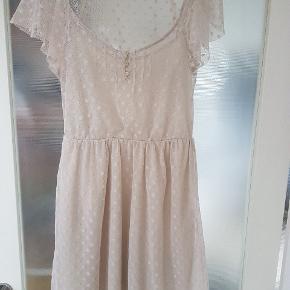 Feminin kjole fra Zara med fine netdetaljer og underkjole.  Kjolen går lidt ind i taljen og giver en flot figur.