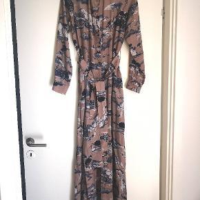 Ubrugt kjole som passer en s-m, da der er bindebånd på. Der er slidt i begge sider. Bytter ikke.