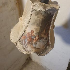 Ældre gulvlampe med flot dekorative billeder på stof i skærmen sælges