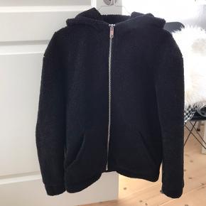 H&M jakke i teddy. Fungerer godt i stort set al slags vejr. Også i regnvejr. Kan afhentes i Odense C eller sendes på købers regning. Har meget billigt tøj til salg, hvis andet har interesse, så skriv til mig så finder vi en god pris sammen.