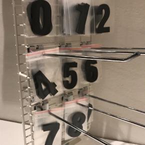 Varetype: Pynt Størrelse: 6 cm Farve: Sort  Sorte bogstaver og tal. Blank forside og mat bagside. 3 mm tykke og 6 cm høje.  Hæftemasse til opsætning medfølger. Velegnet til alle indendørs vægge.