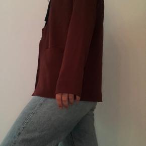 Købt i genbrug, der er ikke en størrelse på selveste blazeren, men den passer ca. en m  Spørg gerne efter flere billeder, eller skriv hvis du har spørgsmål :) Jeg giver gerne mængderabat.