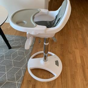 Højstol til børn. Brugt i 1 år. Jeg skal nok rense den inden den bliver hentet :-)   Den har ingen skader udover sædet som har fået lidt rids og plet :-) ikke noget man lægger særlig mærke til.