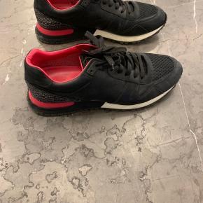 Fede LV sneakers i god stand - størrelsen er 41, men fitter større..