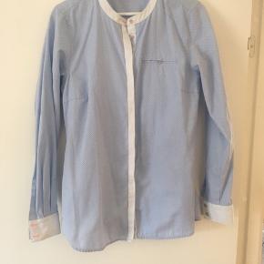 Super fin skjorte brugt få gange, fejler intet. Obs: der er en lille plet ved kanten (se billede 2), som jeg ikke har kunnet få af i vask. • nypris 499.