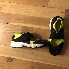 Stort set ubrugte Nike Air Rift til børn.