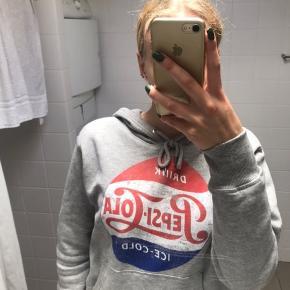 Fin hoodie med drink Pepsi-cola ice cold tekst på