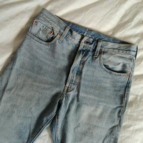 Fede Levis jeans i vintage modellen 501. Str. W29 L30 Måler 83 cm rundt om taljen, når de er lukkede. For små til mig, men fejler intet - jeg bruger normalt str. 30/34👖
