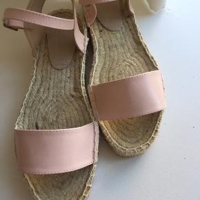 Rigtig fine lyserøde espadrilles fra ASOS, med glitterkant. Str. 38. Kun brugt 1 gang. Bytter ikke.  Kan sende med DAO, køber betaler fragt. #30dayssellout