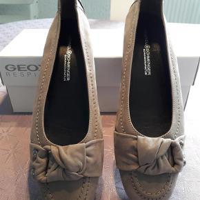 Varetype: sko 100% Læder Nye/ubrugte Farve: Grå Oprindelig købspris: 1200 kr.  Smarte ballerina sko i 100 % læder med sål i gummi med dupper der gør dem stabile. Sålen er trukket op bagpå hælen hvilket gør dem perfekte til, at køre i. De er 26 cm lange og 8 cm bredde PS. jeg har ikke den originale æske. den æske der er vist er fra et andet mærke.