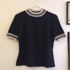 Sort t-shirt med krave og hvide detaljer
