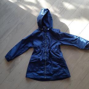 Fin jakke sommerjakke m. Lidt Længde. Aftagelig hætte. Med navn i som kan pilles ud med snilde.