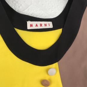 Varetype: Bluse Farve: Champagne,   Gul,   Brun,   Lys Rosa  Smuk eksklusiv bluse fra Marni. Passer en str 40/42.  Knapperne er i ruskind, blusen er i en grov silke.  Bytter ikke