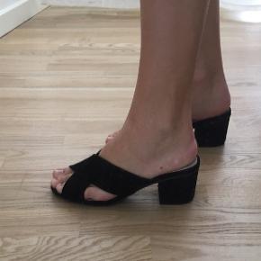 Sort sandal med lav / kitten heel hæl fra Primark Str. 36 men måler lige over 23 cm hvilket svarer til en 37 Hælen måler 5,5 cm