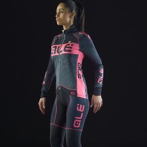 Brand: Alé Varetype: Cykel vinterjakke  Størrelse: xs Farve: Pink Oprindelig købspris: 1600 kr.  Super lækker vinter cykeljakke fra Alé. Sprit ny!! Mp 1000