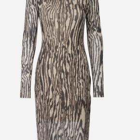 Baum Jolanda dress i brun / leo / tiger  meget populær kjole, billede nr. 2 viser modellen på