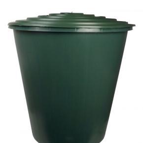 Regnvandstønde på 210 liter som aldrig har været brugt eller tilsluttet.  Der er også ubrugte dele til som ses på foto 2   Den trænger bare til en let klud da den har været opbevaret i et skur.   Byd evt.