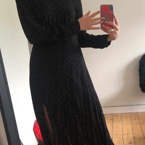 Brugt få gange. Sort med røde prikker. Kjolen er købt ødelagt i bagi ved lukning. Se billeder. Kjolen lukkes helt normalt. Men den er gået lidt op i syning. Det er ikke noget der bemærkes når den er på synes jeg.