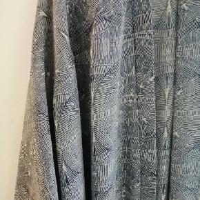 Lang kimono fra Monki I mønstret stof. Kan kappes foran