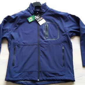 Brand: 4-Crews Varetype: Softshell jakke Farve: Mørkeblå  Helt ny softshell jakke - super lækker.  Brystmål ca 58 cm.  Sendes som pakke via DAO igennem Trendsales så prisen er pt 35 kr.